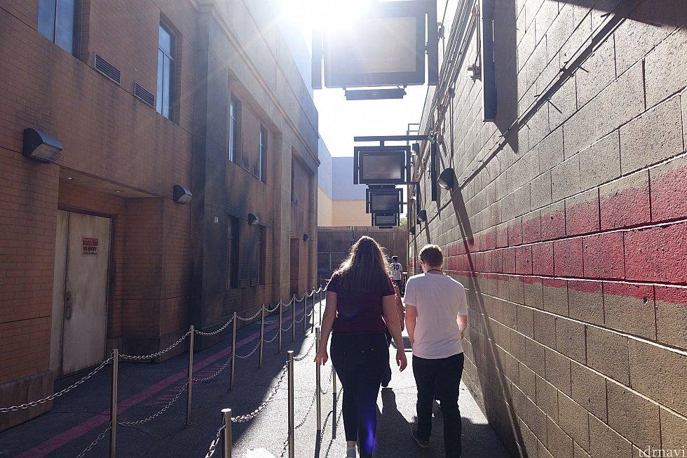 まずはこの路地を進みます。左手の建物はシーズン1の1話で主人公が目覚めた病院です。