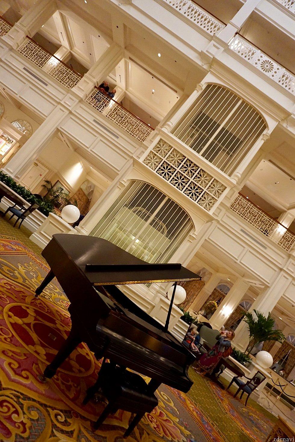 エレベーターとピアノ。とにかく高級で落ち着いた雰囲気を漂わせたリゾート。