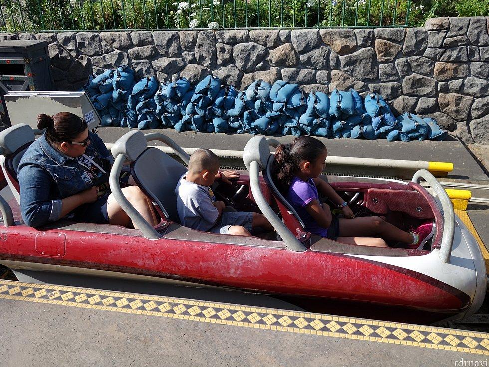 1列シート。シートベルトはしっかり締めましょう!