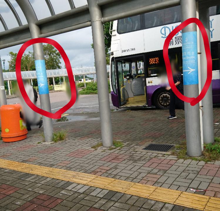 サニーベイ駅の改札から直進するとバスターミナルが。 バスターミナルの柱にこれでもかというくらい、シャトルバス乗り場の案内が柱に巻き付いています。 (写真赤丸のものです)
