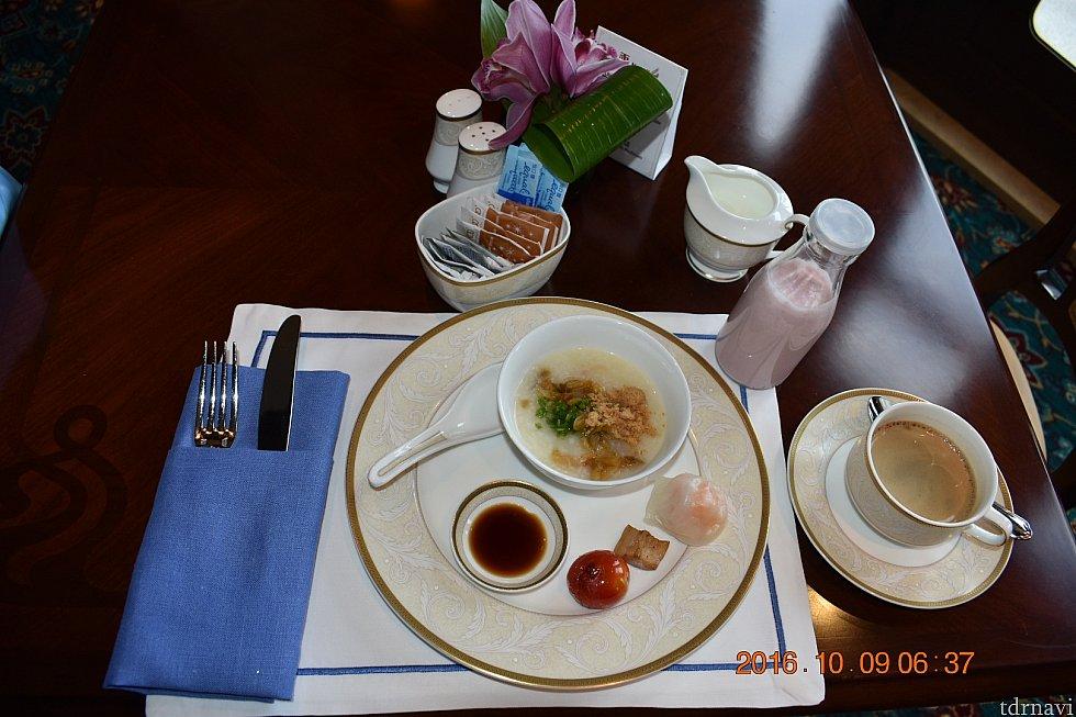 ラウンジ内で朝食香港のキングダムラウンジでも大好きなお粥がありました💕