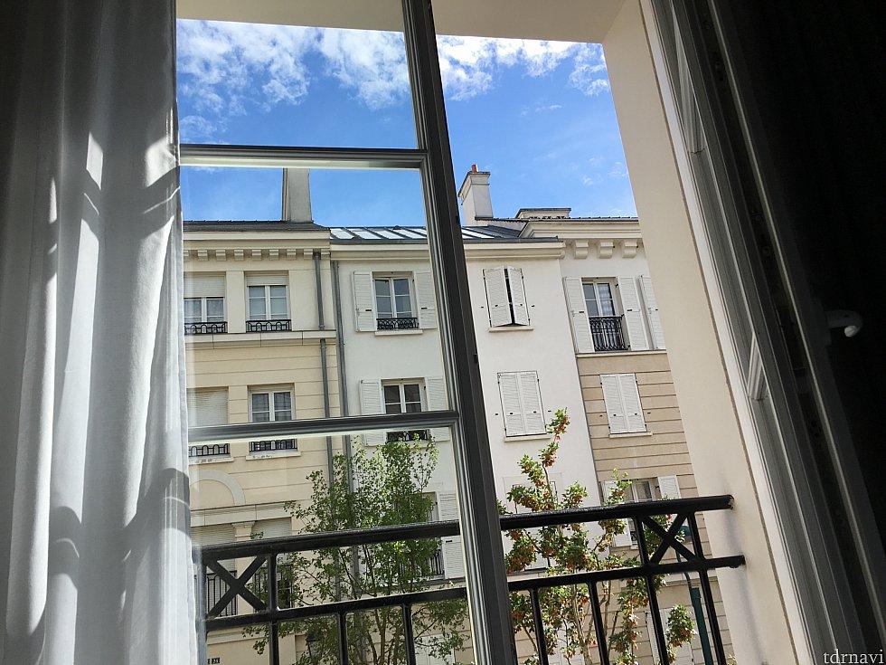 部屋からの眺めはパリのアパートそのものです