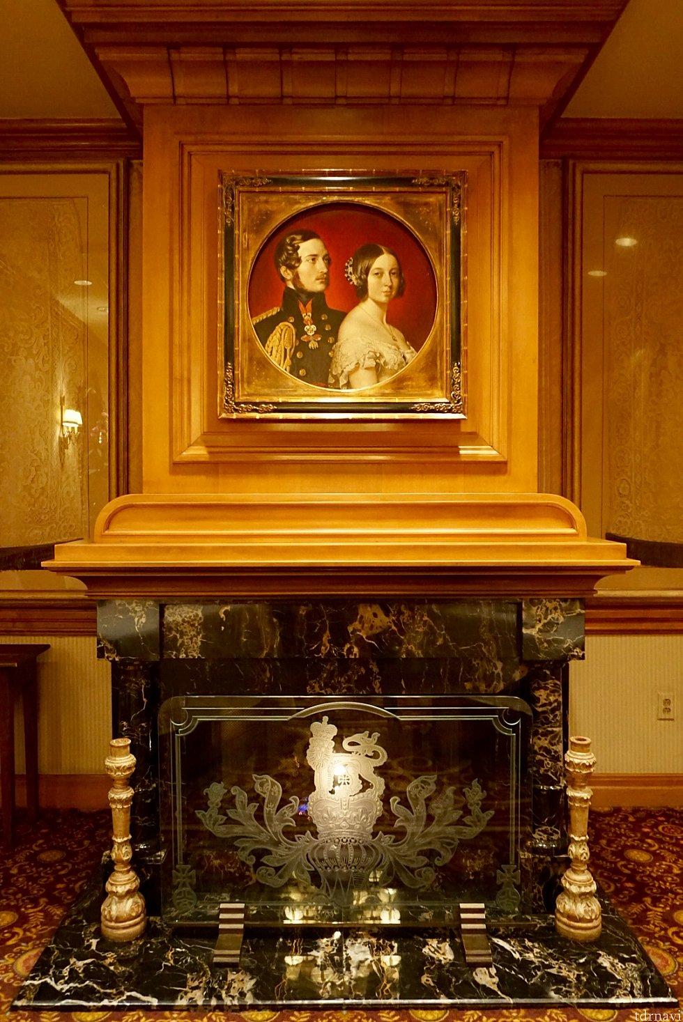 クイーンビクトリアと、プリンスアルバートさんの肖像画が立派な暖炉の上に飾られています。