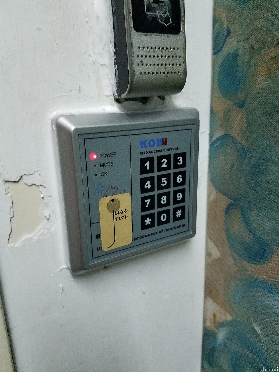 泊まった部屋は3階でした。 フロアに入る前に受付けで教えてもらったパスワードを入力しないと部屋に行けません。