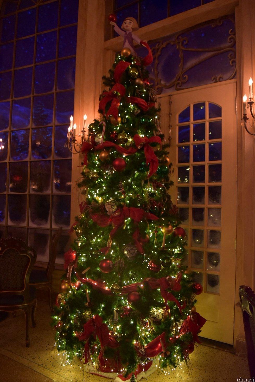 クリスマスの時期だったので大きなツリーが飾られていました!後ろの景色は全て映像!