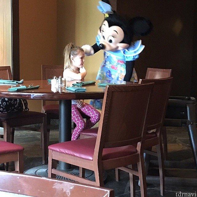 家族がご飯を取りに行って1人になってしまった女の子にも声をかけるミニーちゃん。この後向かいに座って面談が始まってました笑