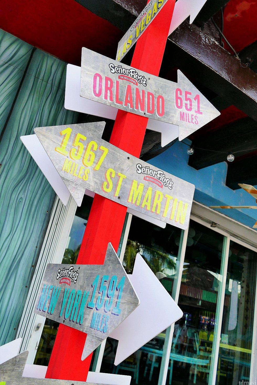 このお店の前にある看板。コズメル島はオーランド651マイルの場所にあるんですね!かつて東カリブクルーズで訪れたセントマーティン島はさらに1,567マイルも先!