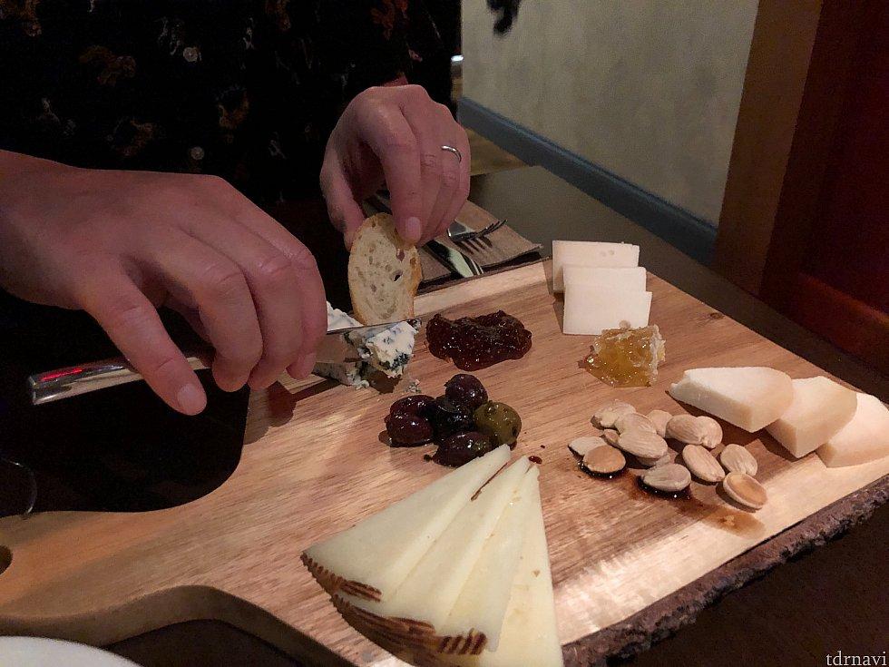 少し癖のあるチーズが美味しい、チーズプレート。