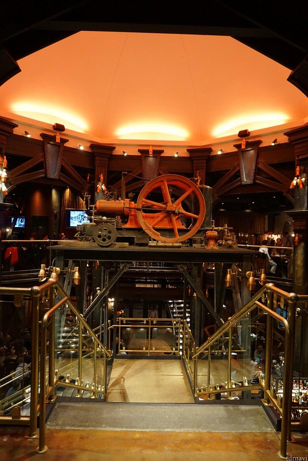 レストランのテーマが工業的であり、少しスティームパンクな雰囲気もあります。入口は上階なので下に降りていきます。