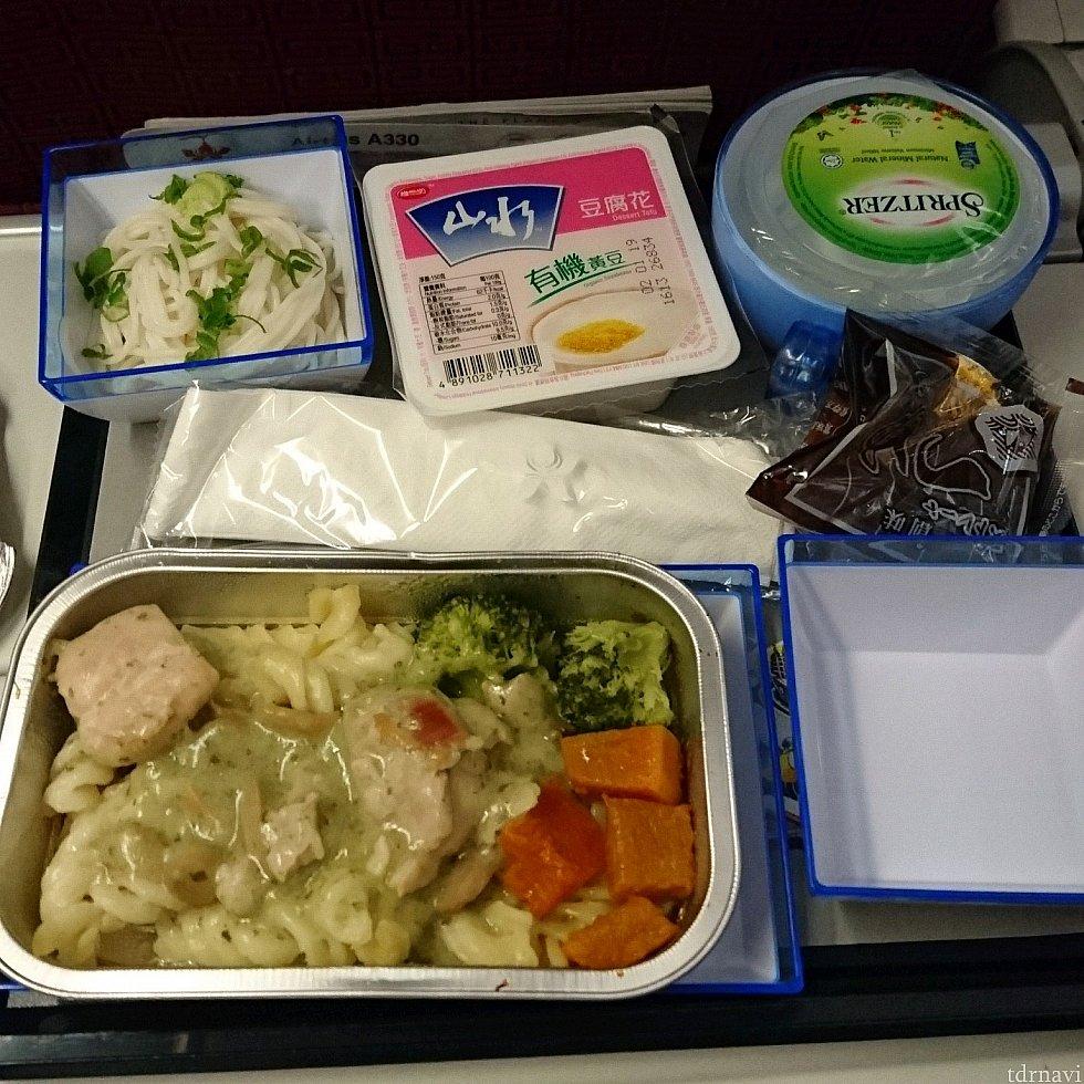 チキンパスタ。有名な豆腐花のデザートが! ちょっと甘めのお豆腐です。