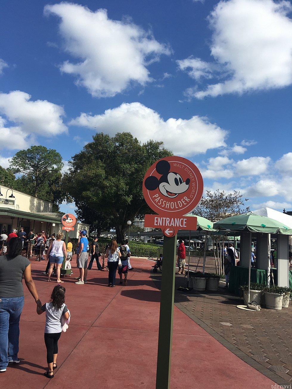 年パス専用ゲートが、4テーマパーク全てありました!写真はMK