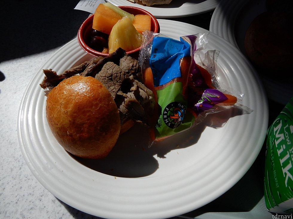 ローストビーフサンドイッチ、果物、ニンジン。
