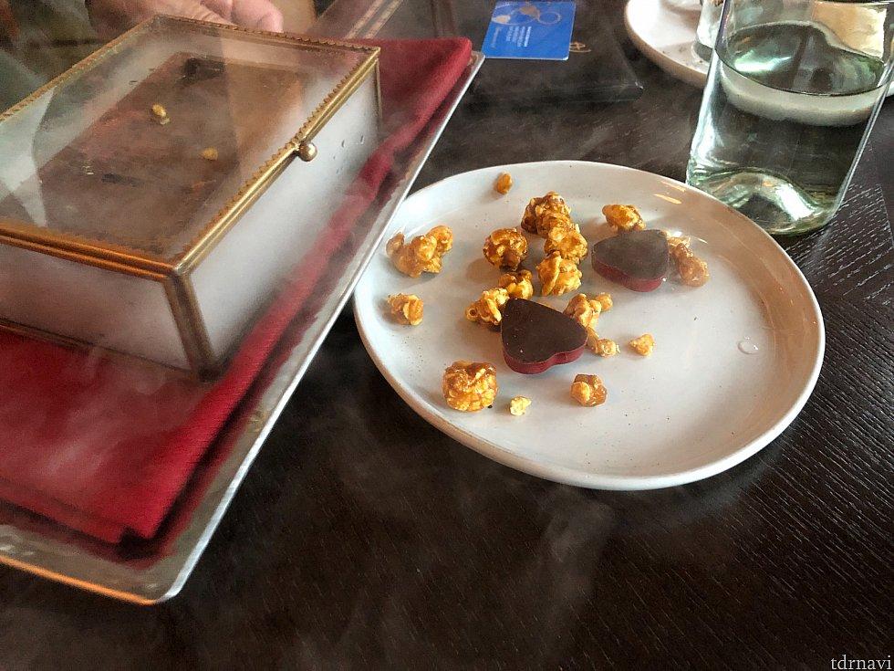 猟師が持ってきた心臓! キャラメルポップコーンとチョコ。 こちらも甘い!