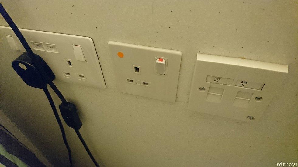 テーブルの脇に電源は3つあります。(1つは照明に利用されていました💦)