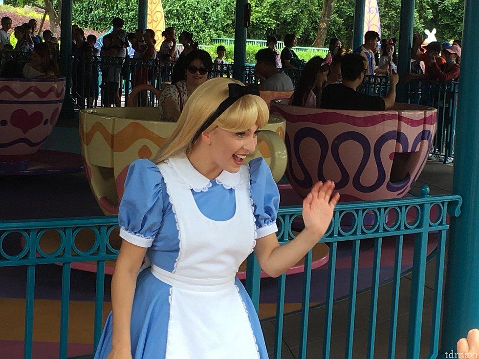 ティーカップの前ではアリスがグリーティングを。人づての情報ですが、ここでエルサもグリーティングを行うようです(7/2情報)。