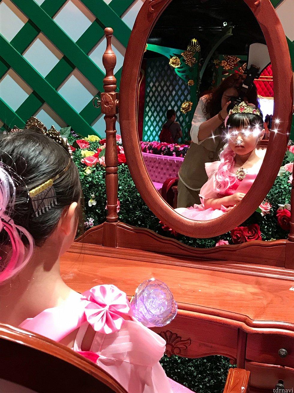 鏡をひっくり返して、変身をした自分と対面します。 カメラマンさんも来て写真を撮ってくれます。