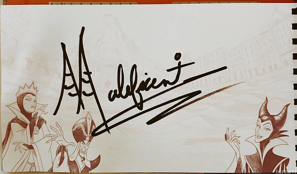 とても優しかったマレフィセント様。サインのMの文字はドラゴンの角なのよ〜って言ってました。素敵です。