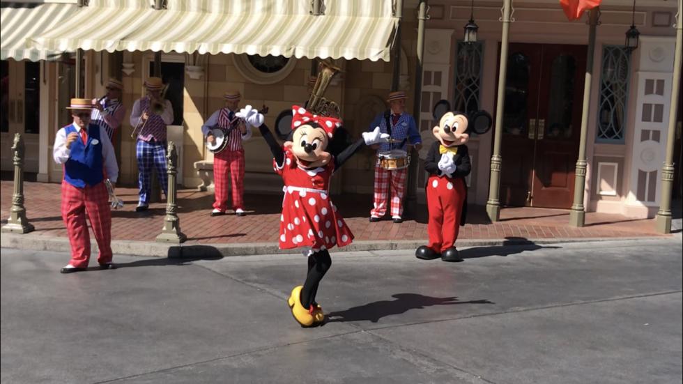 ミッキーとミニーは一緒に出てきます。ミニーちゃんが踊ってるのを見守るミッキー。
