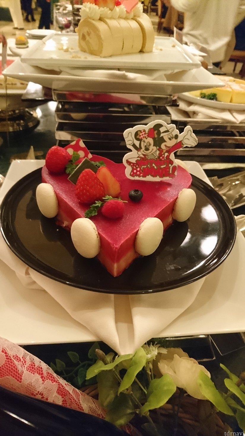 大人気のデザートです!<br> ラズベリーとホワイトチョコレートのムースでした!