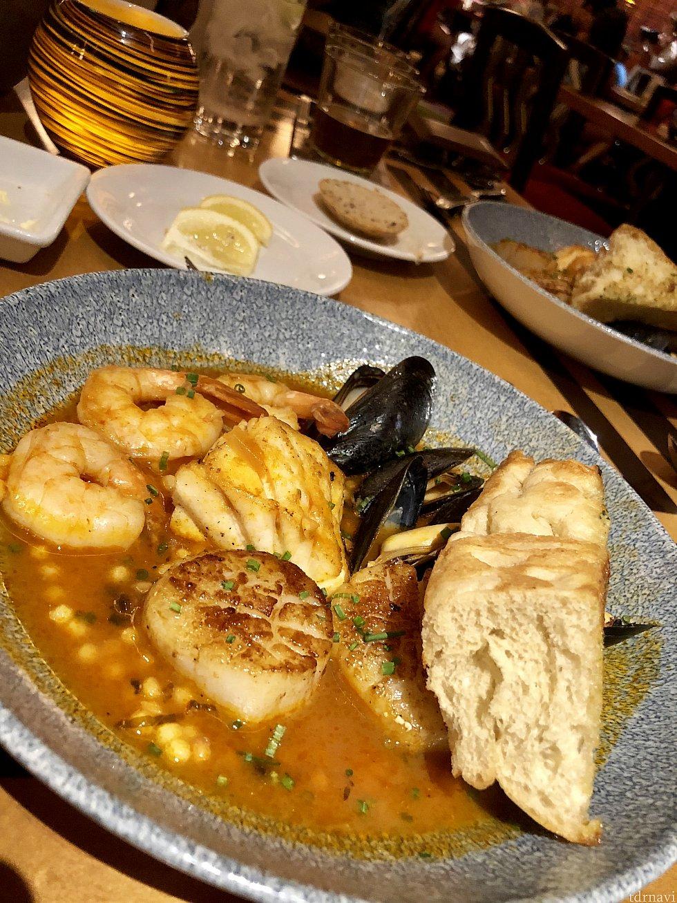 サーバーさん一押しのcioppinoはイタリアのシーフードシチューです。大きいシーフードがこれでもかと言うくらい入っている豪華なお料理。