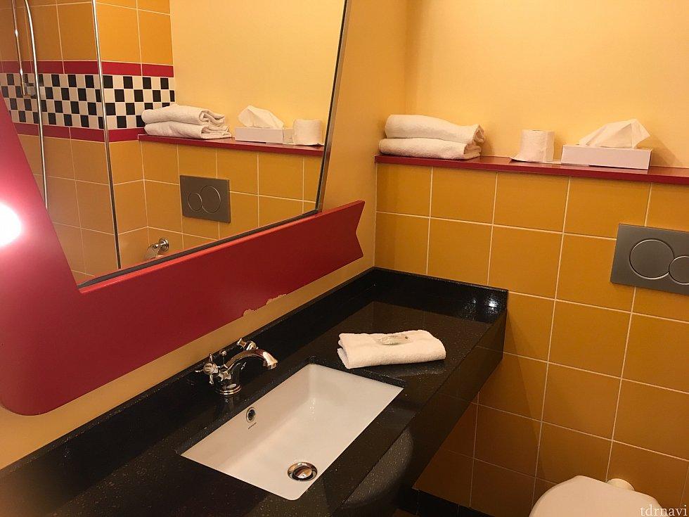 洗面台とトイレ。見えてませんがトイレットペーパーの位置はどうにかならないものか…。そして向かいが