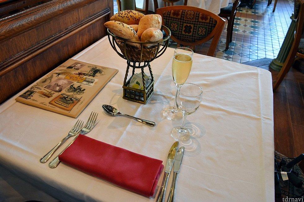 最初にもらえる食事代に含まれているシャンパン あらかじめテーブルにあるパン