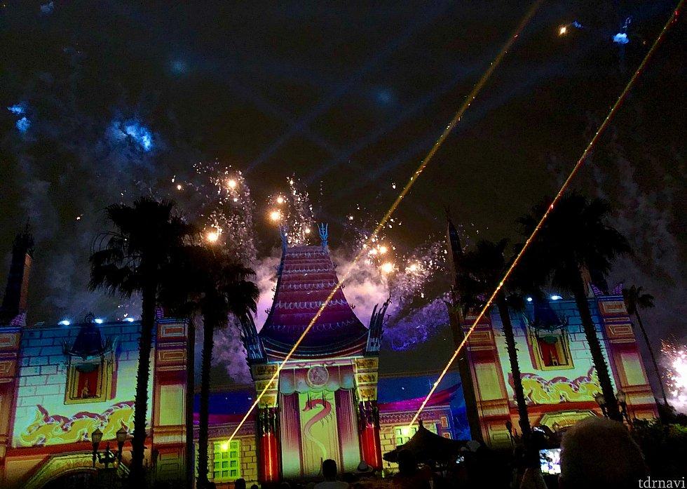 花火とレーザー光線の特殊効果効果も加わり、一気にフィナーレに向かいます。
