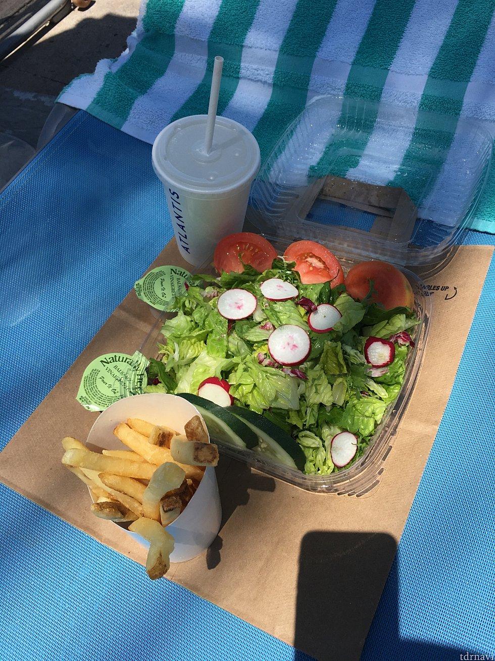 サラダを頼んだらポテトとドリンクが付いてきました