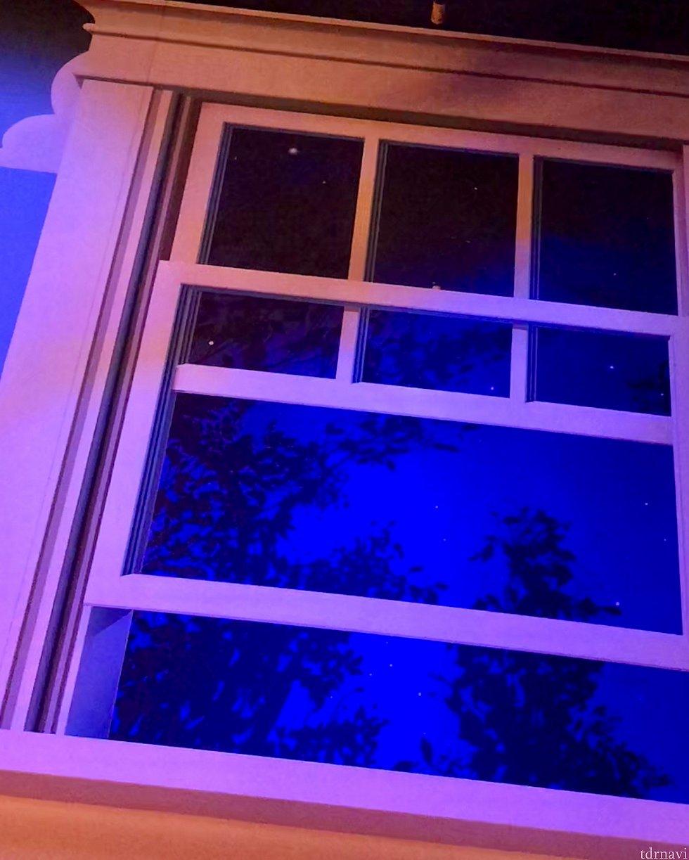 アンディの部屋の窓から見える景色も夜の風景です。僕達はあくまでオモチャサイズですので、窓もクローゼットも巨大です。