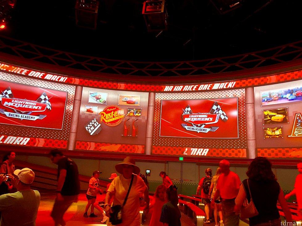 客席を囲むような円形に設置された大型スクリーンは始まる前から迫力があります。