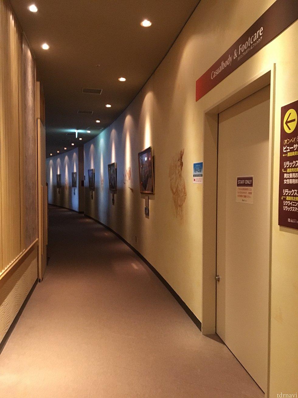 この通路の先に仮眠するスペース、リラックスルームです。