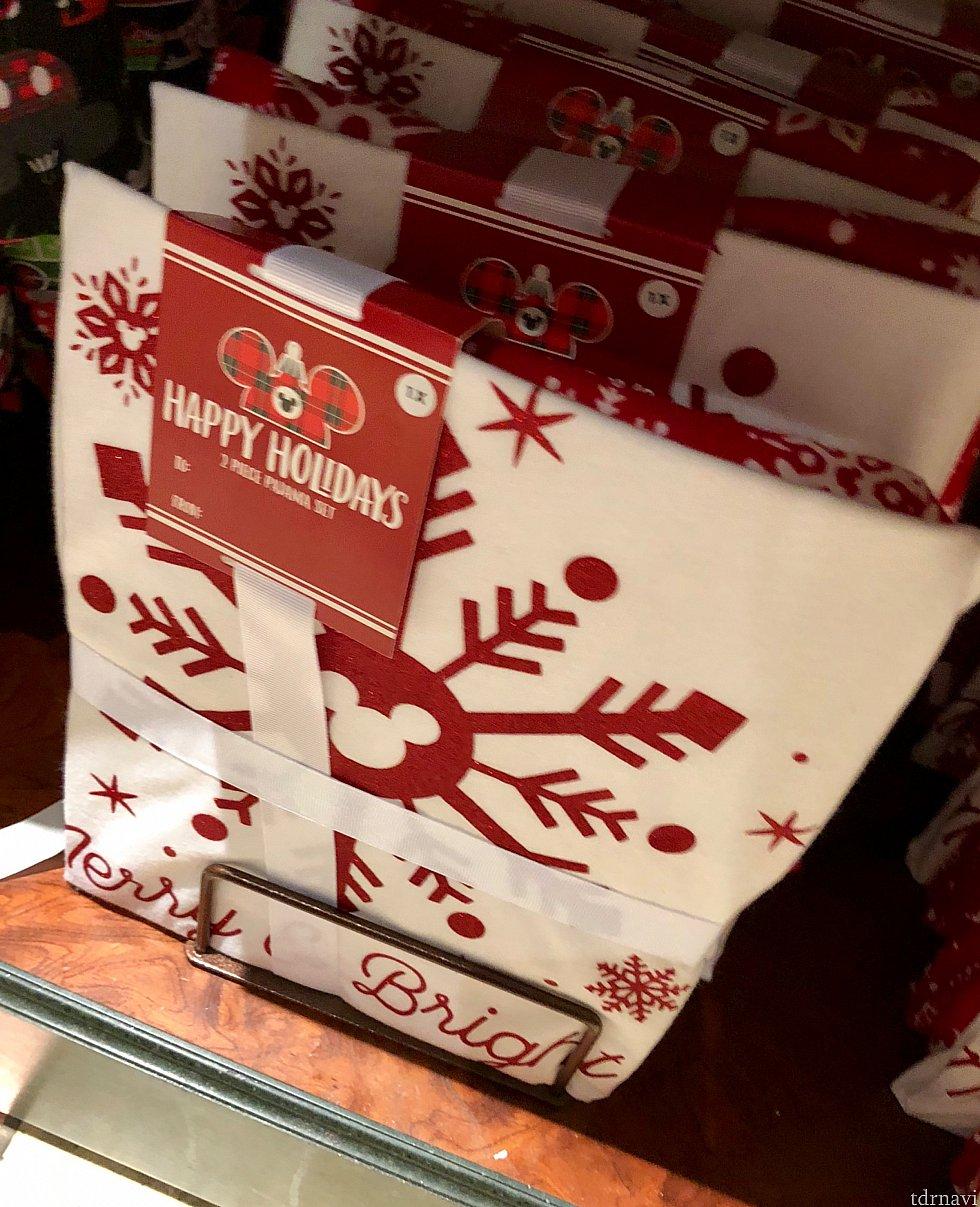 mickey snowflake holiday pajama setは写真の大きな雪の結晶部分がシャツの正面にくる男女兼用のパジャマセットで、$49.99