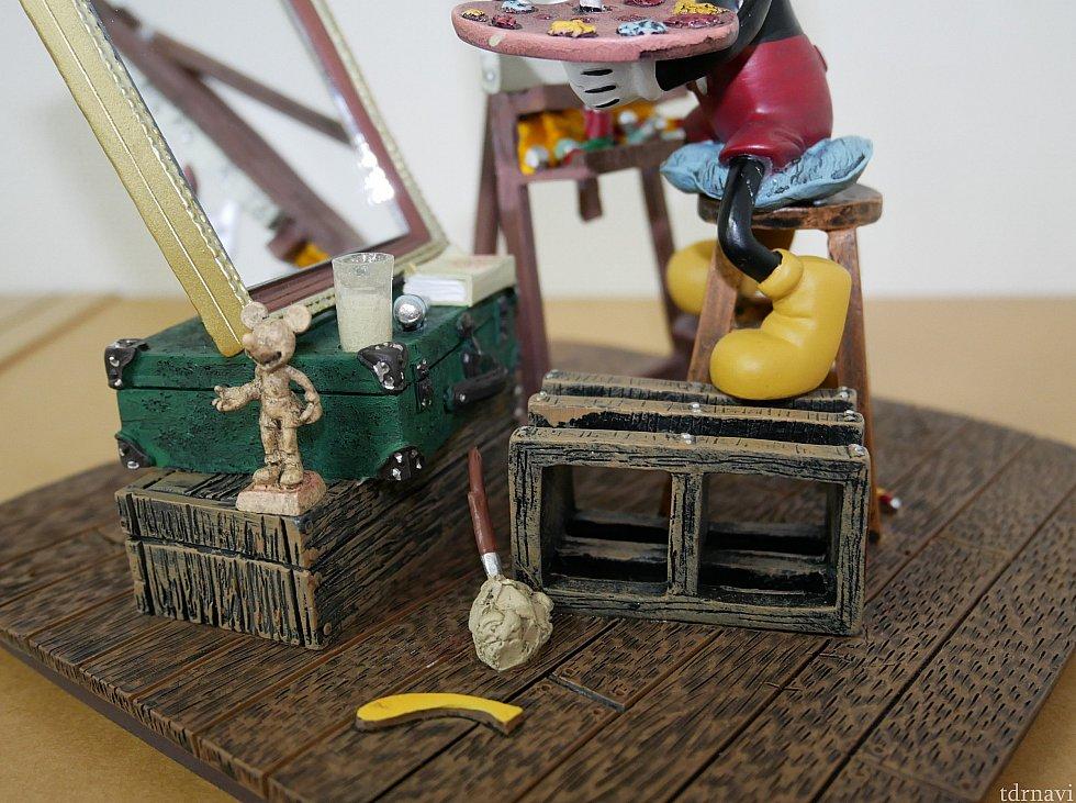 足元にはミッキーのオブジェがあったり、絵はトランクの上で書いていたり…細かいところを見てワクワクします😆