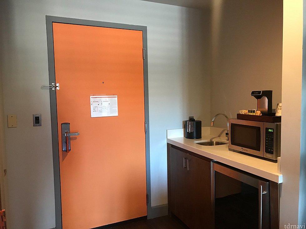入り口ちかくにちいさいキッチンスペースがあり、コーヒーメーカーや電子レンジがありました。