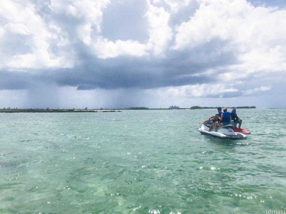 途中、3回程エンジンを切って休憩しました。 沖でぷかぷか。綺麗な海がただただ広がるばかり。