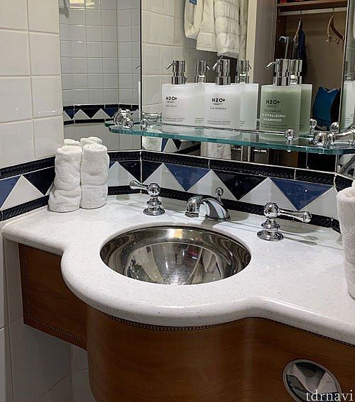 鏡の前に置いてあるのがラージポンプのアメニティです。 シャンプーとコンディショナーとボディウォッシュの3種類でした。 固形石鹸は別途洗面台に置いてありました。