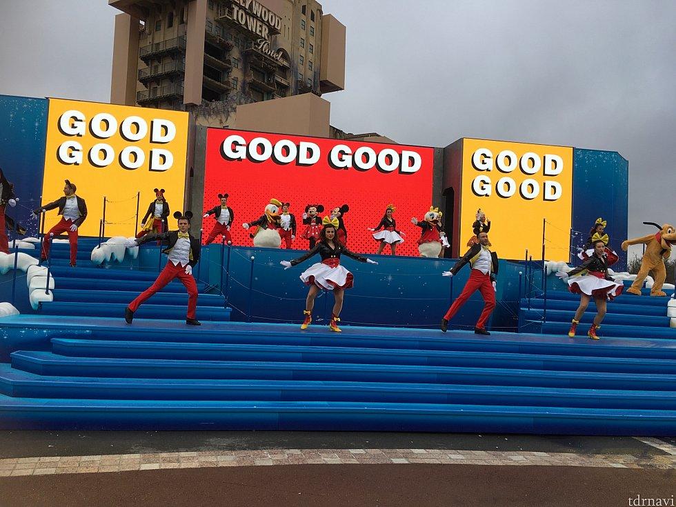 ディズニーランド・パークのプロジェクションマッピング「Celebrates! 90 years of Mickey」と同じテーマでノリノリに踊ります