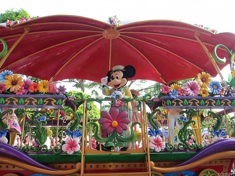 汽車タイプの山車の荷車にミッキーマウス。