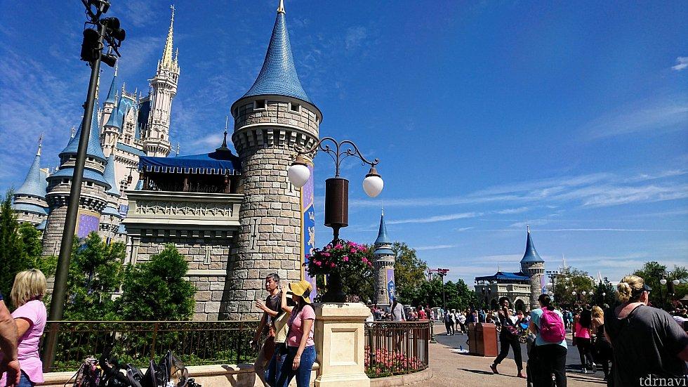 お城の前方、両脇に小さな塔があります。