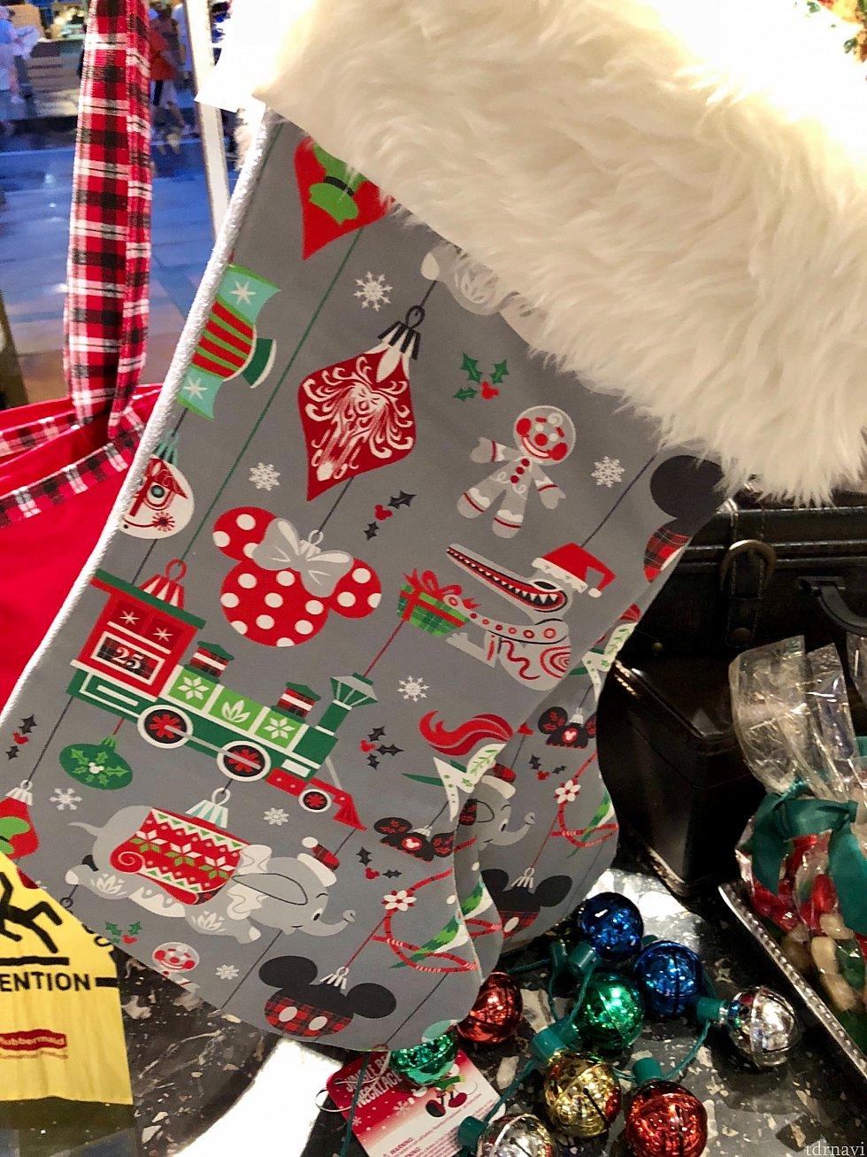 こちらは同じく靴下のプレゼントバッグですが、デザインがもっとモダンです。$29.99