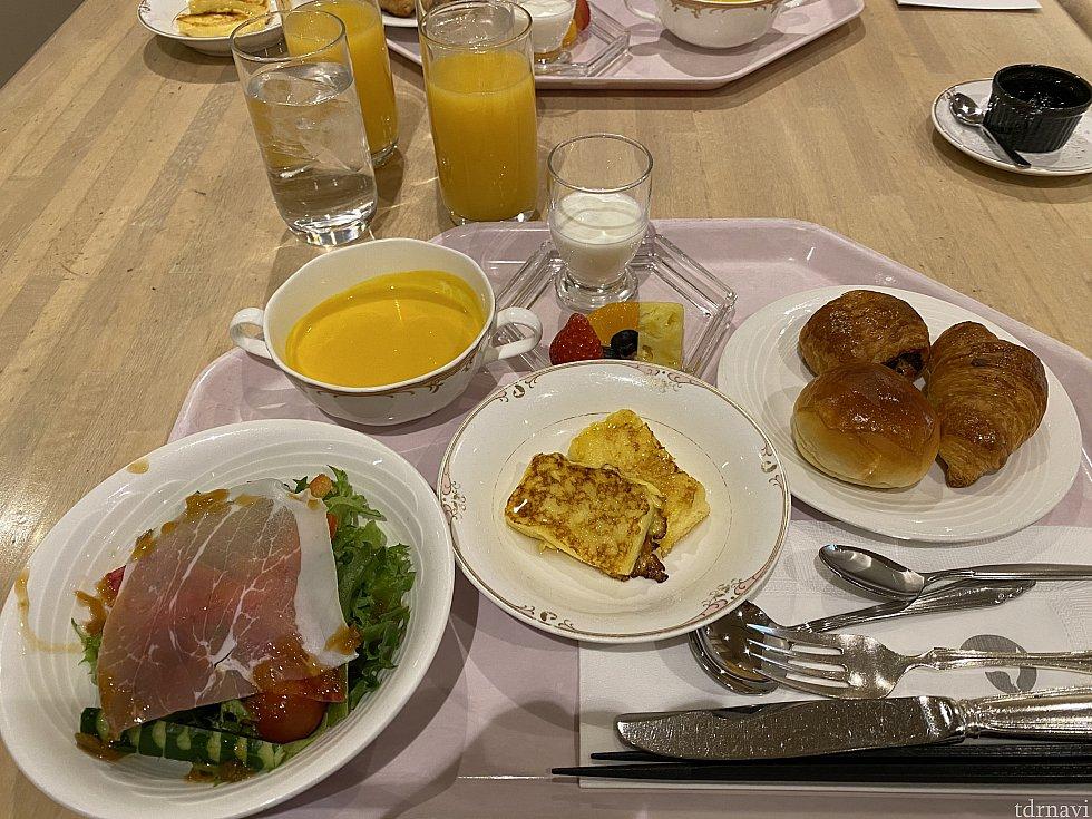 朝ごはんの洋食セット。真ん中のフレンチトーストはおかわりできます。