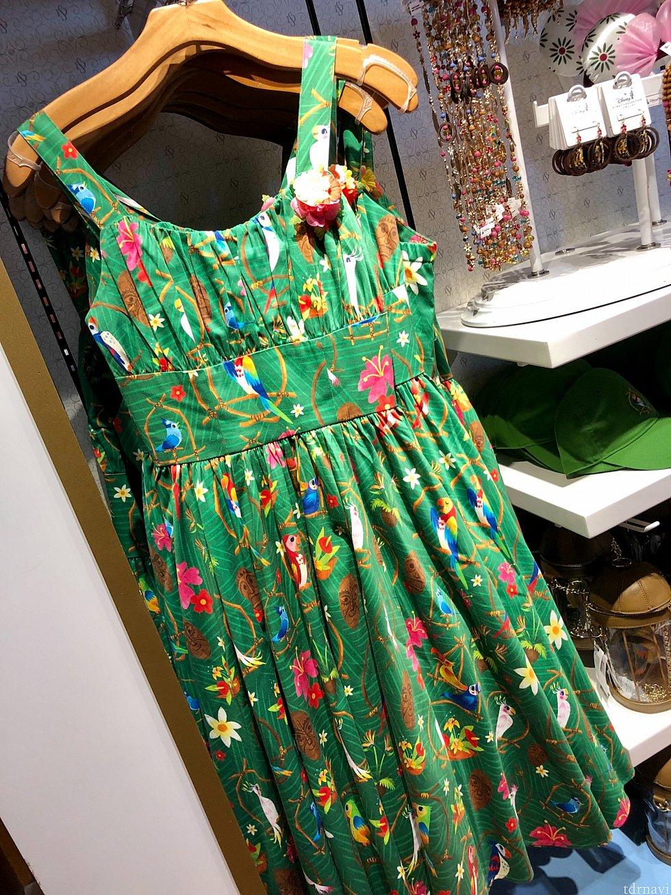 グリーン系はチキルームのドレス。これは以前からありますが、まだあると言うことは人気ドレスと言う事ですね。
