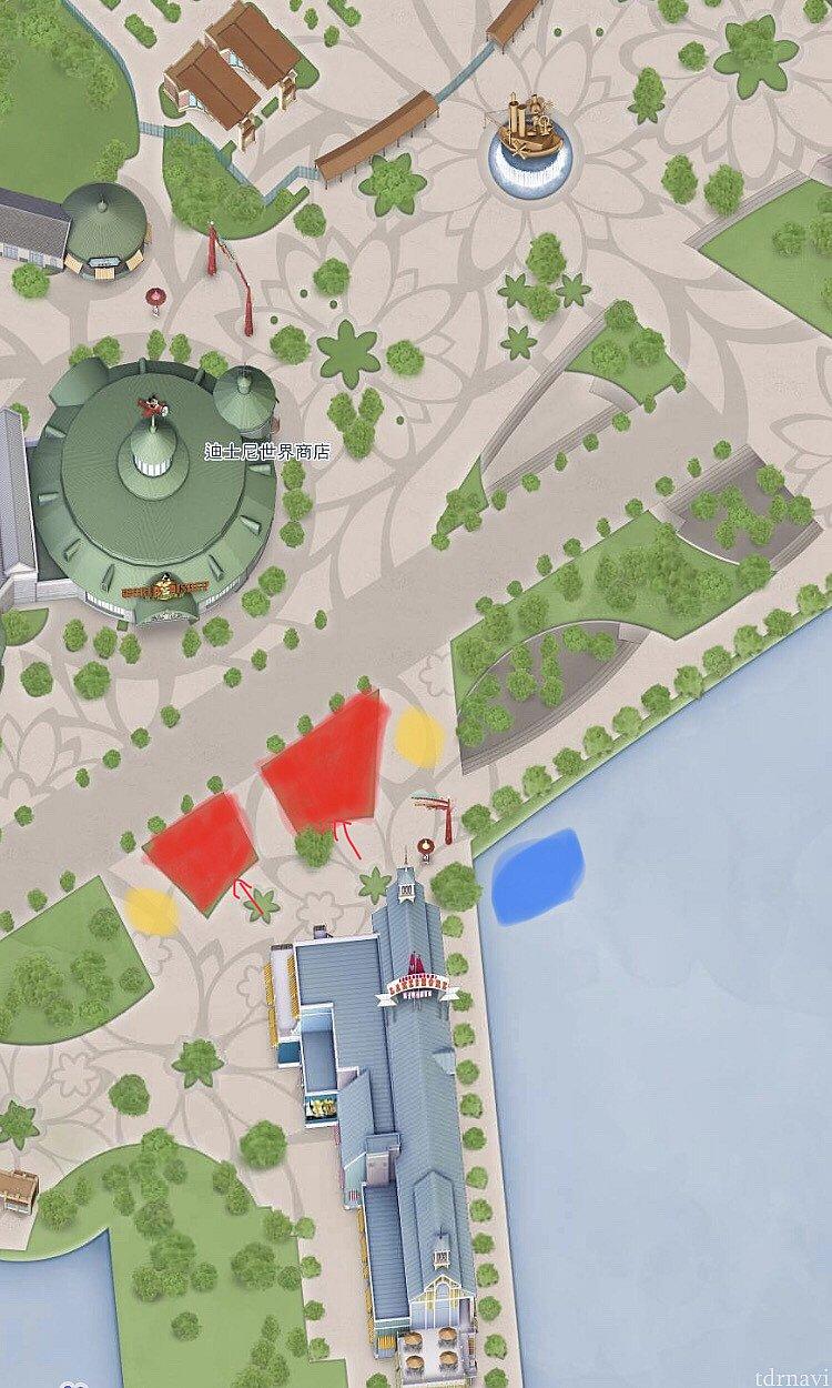 赤いエリアがプレイグラウンド。↑が出入り口。 青い部分に巨大ドナルド、黄色い部分にミスト装置があります