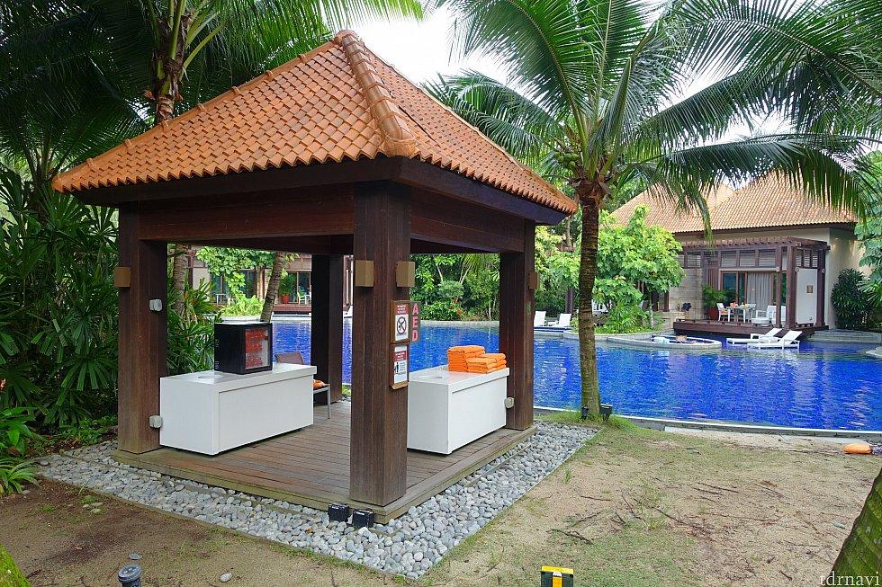 プール利用のゲストのために、ここでタオルやミネラルウォーターが無料で提供されています。