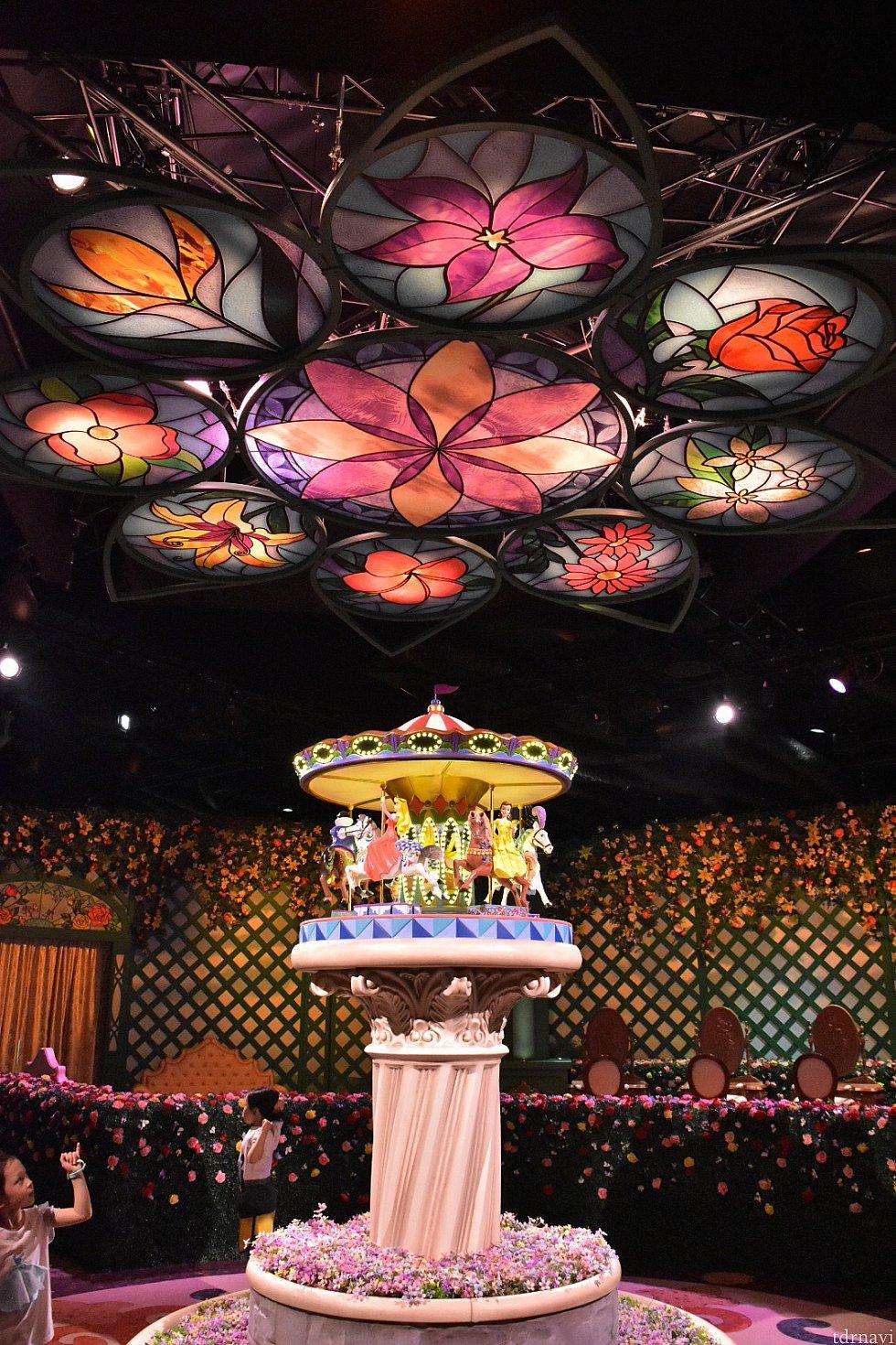 それぞれのプリンセスモチーフのお花が描かれたステンドグラス。