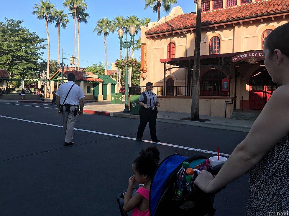 スタバ前。移動前もキャストさんがゲストに向かってスピーカーマイクを使って声をかけてました。