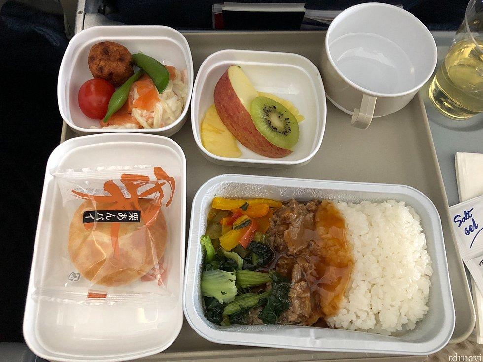 行きの機内食です。ビーフを選びました。