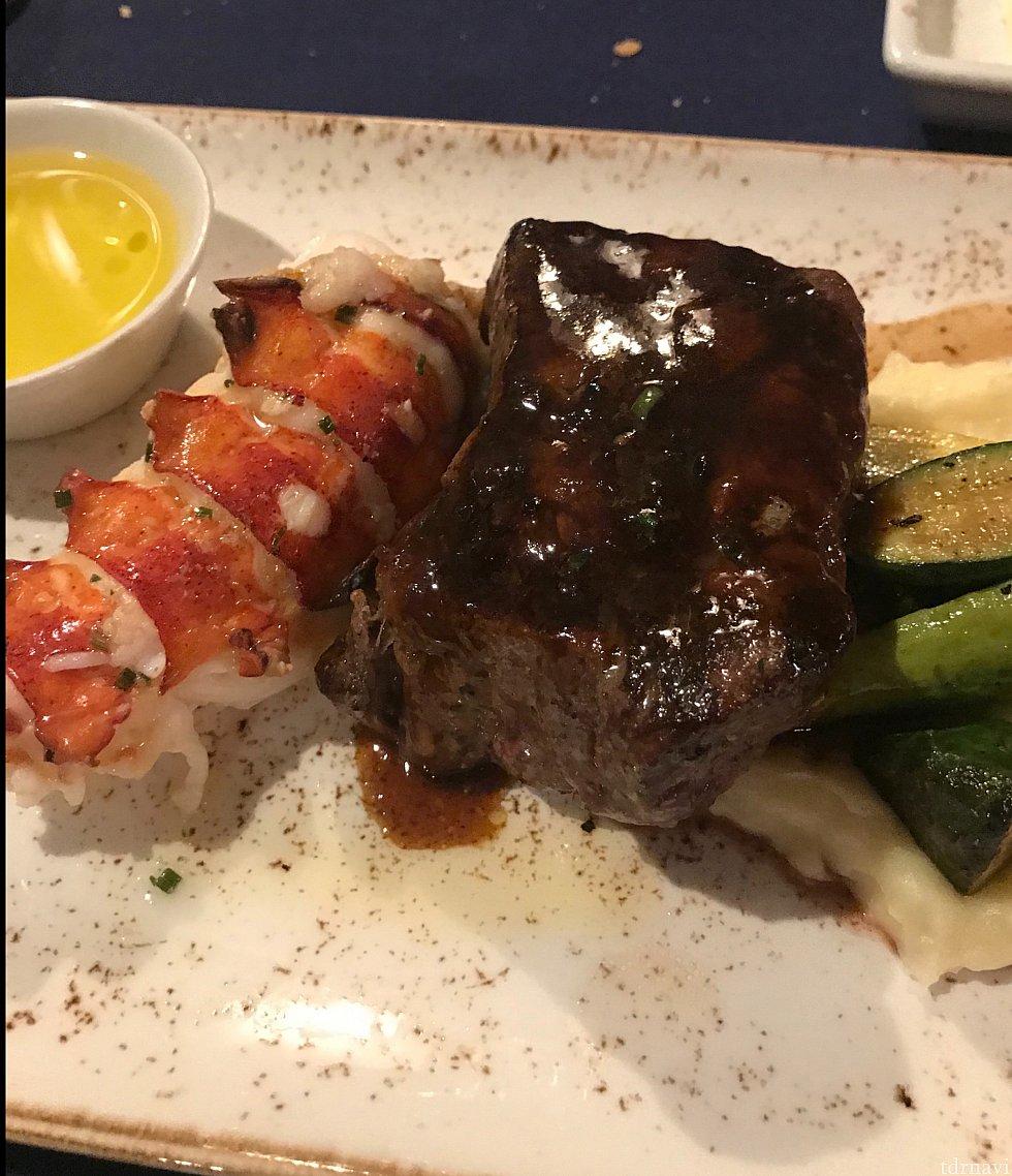 メインのsurf and turf. ステーキはフィレです。ロブスターも丁度いい火加減でとっても美味しくいただきました。