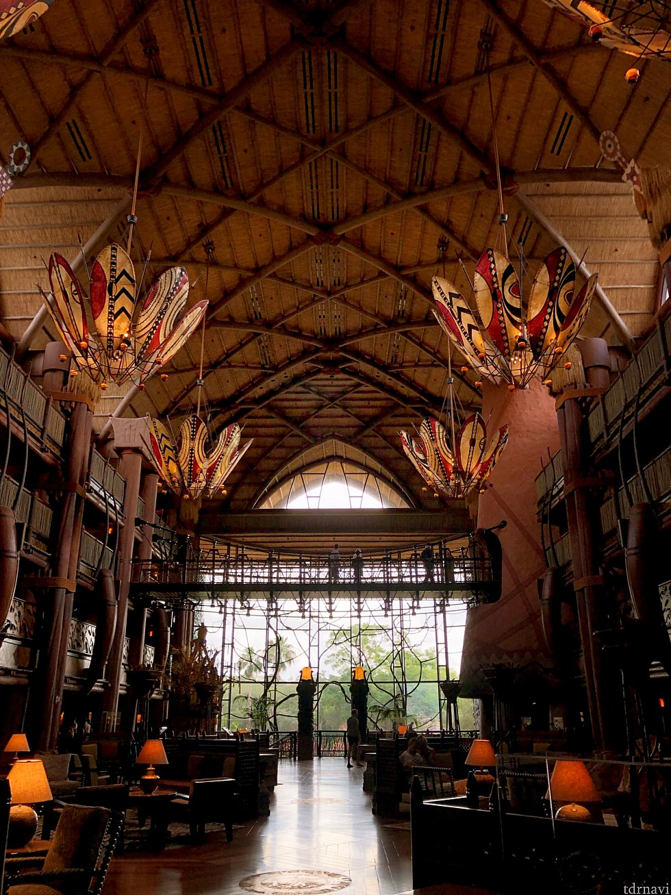 Animal Kingdom Lodgeのロビー。吹き抜けで開放感のある空間。 窓の外にはサファリが広がっています。