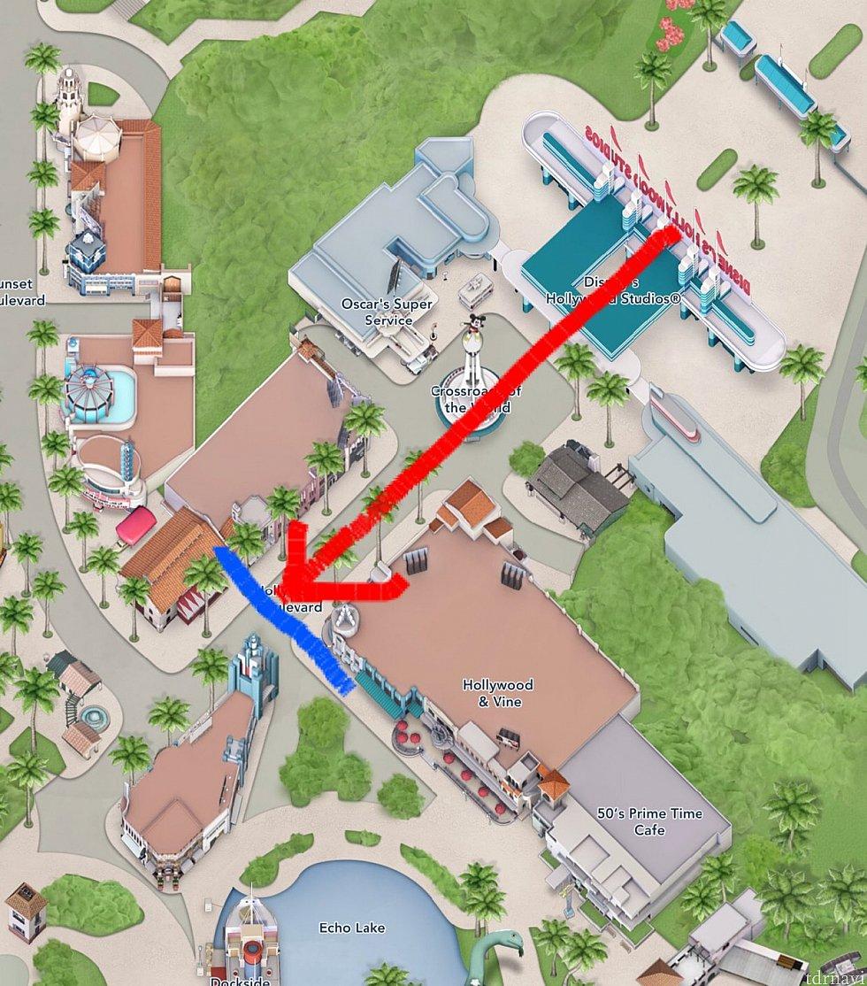 青い線が入場後の待機場所。スタバ前です。